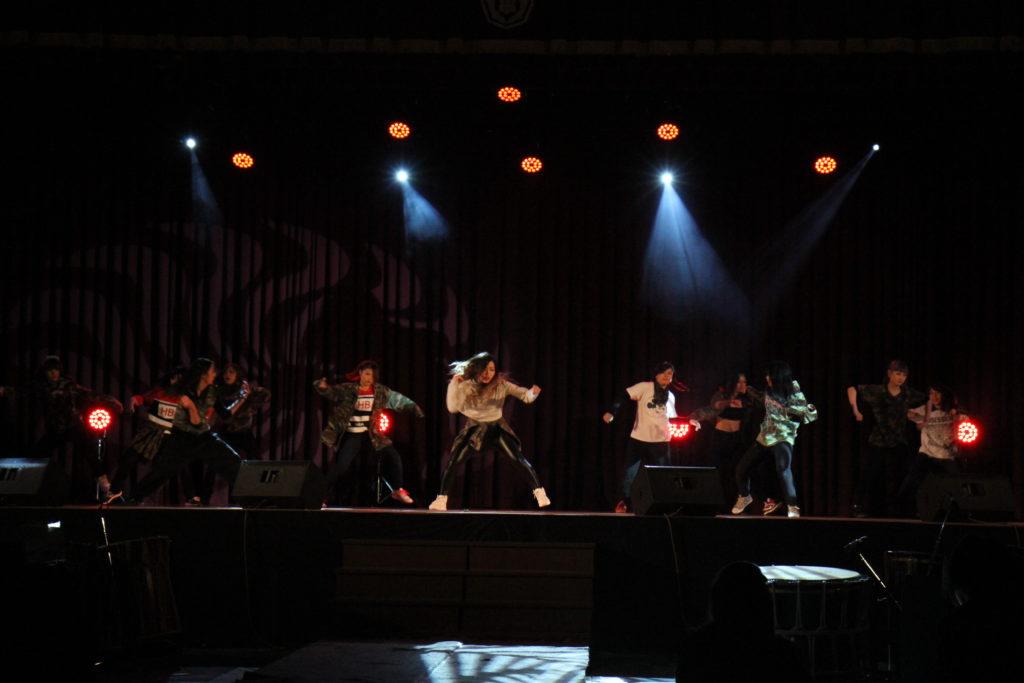キャリフェスでは強烈なビートの音が流れるアリーナでダンスや教室では各種展示が行われました。平成26年12月20日