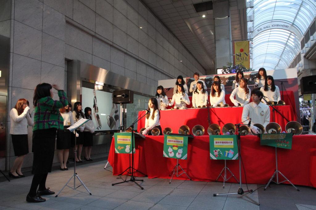 東一番町でのハンドベルコンサートはクリスマスの人気スポットです。平成26年12月21日