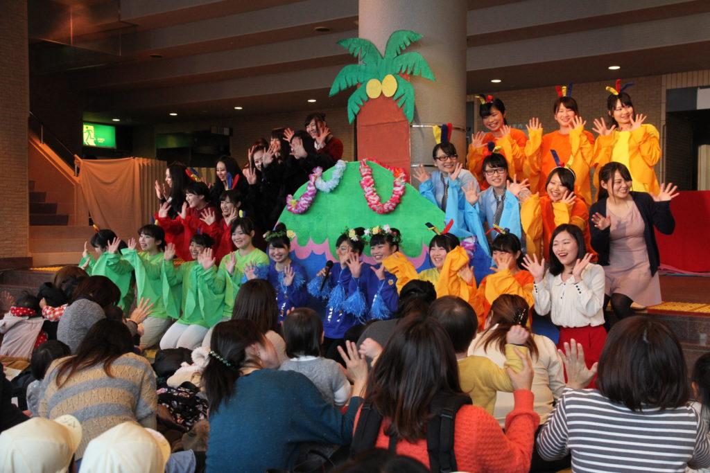 イズミティー21でロビーコンサートが開催され、保育の学生の工夫を凝らした催しに子ども達は大喜びでした。平成27年2月18日