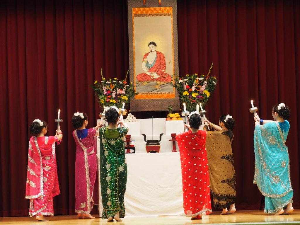 献灯の舞を踊る仏教青年会の皆さん