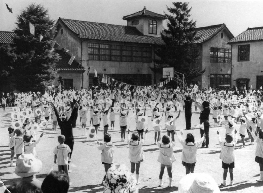 短大校舎の前で幼稚園の運動会開催