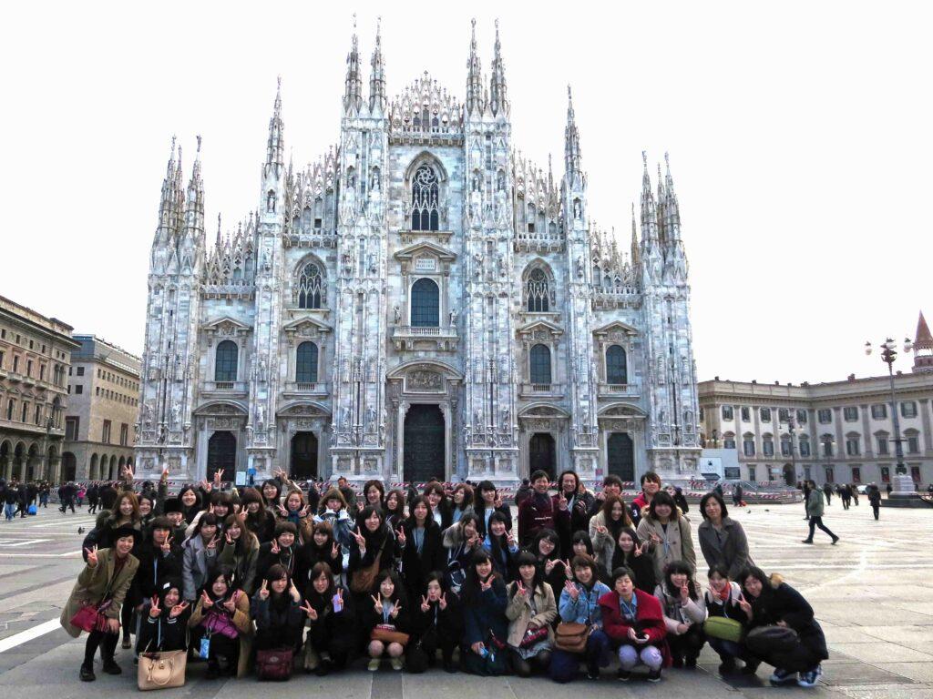 海外文化研修は、イタリアミラノ・ドゥオモ広場前で大聖堂をバックに記念撮影素晴らしかったです。平成27年2月