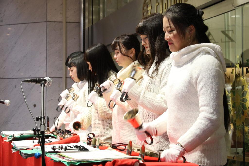 藤崎前でのハンドベルクリスマスコンサートでは大人から子どもまで楽しめるベルの音がが響き渡りました。平成28年12月24日