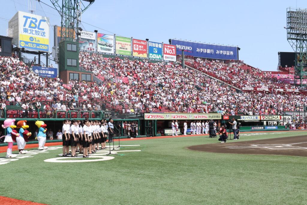 楽天球団の試合に招待され全員で観戦。試合前にホームベース前で国歌斉唱をする聖和短大の合唱隊。平成29年7月9日