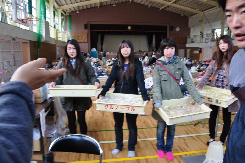 ガソリン不足のため遠くまで出かけることができませんでしたが、多賀城市立城南小学校の避難所にも焼きたてのパンの差し入れを行いました。 平成23/4/2