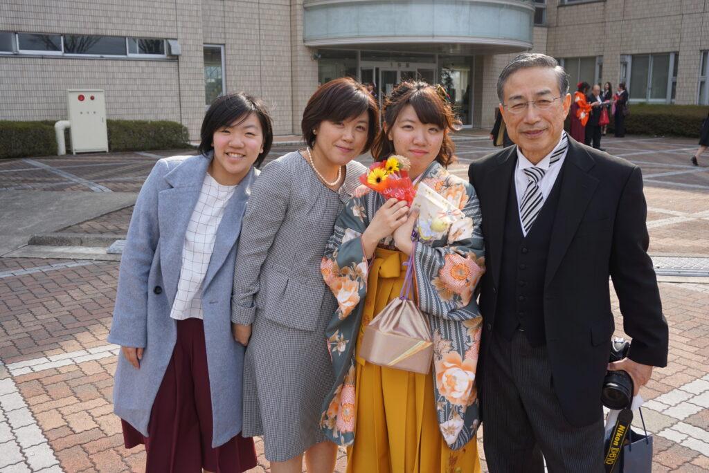 鳴海学長、気軽に卒業生の希望に応えて撮影に応じていました。この時のショットがご縁で、妹さん(左端)も聖和短大に入学されました。平成29年3月18日