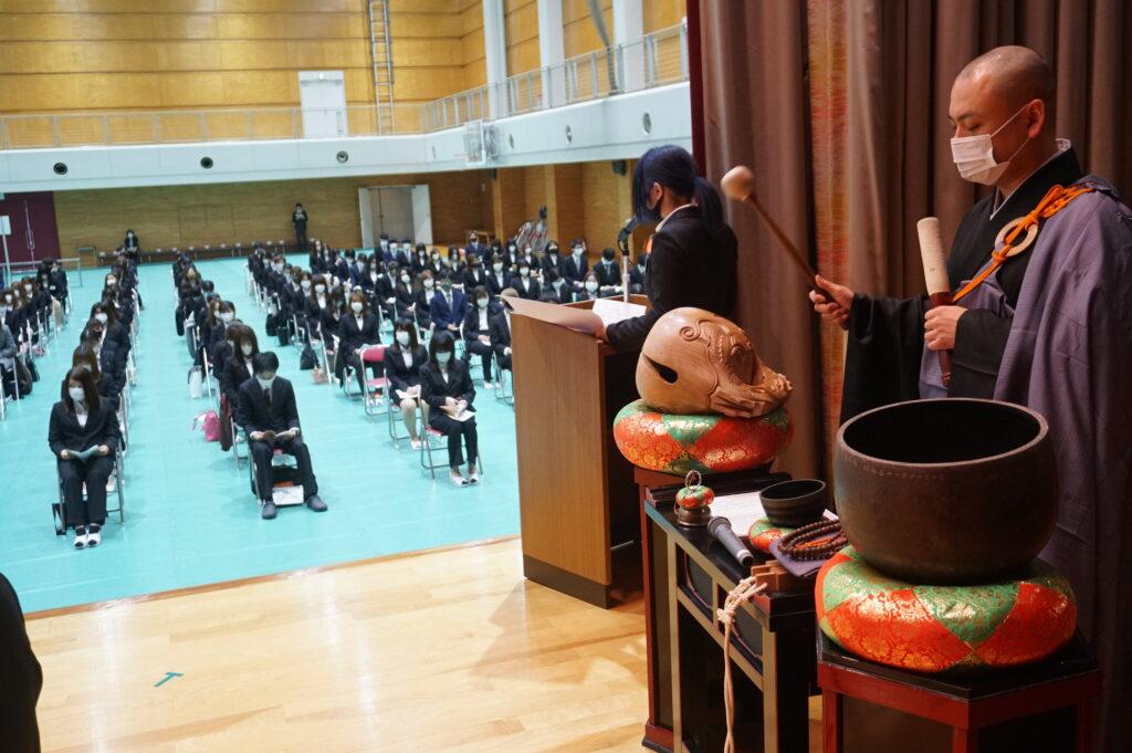 鎌田清寛先生と仏教青年会委員による司会の模様