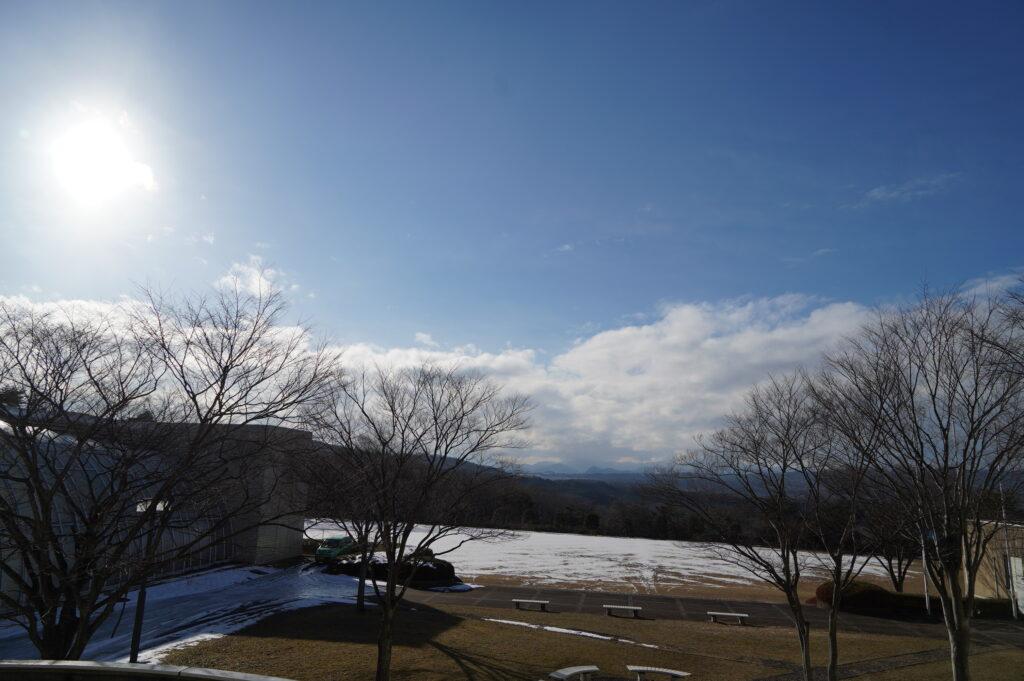 本日も晴天。山形方面は雪模様です。