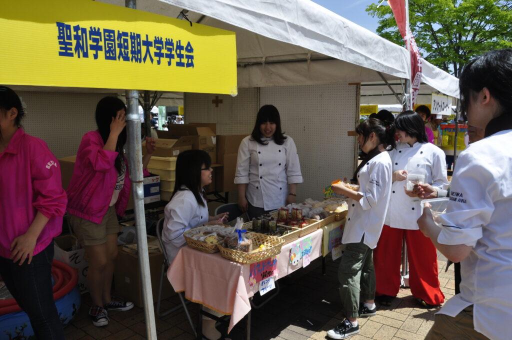 泉環境祭りで、製菓の学生を中心としてボランティアに励む学生会の皆さんです。 平成25年6月1日