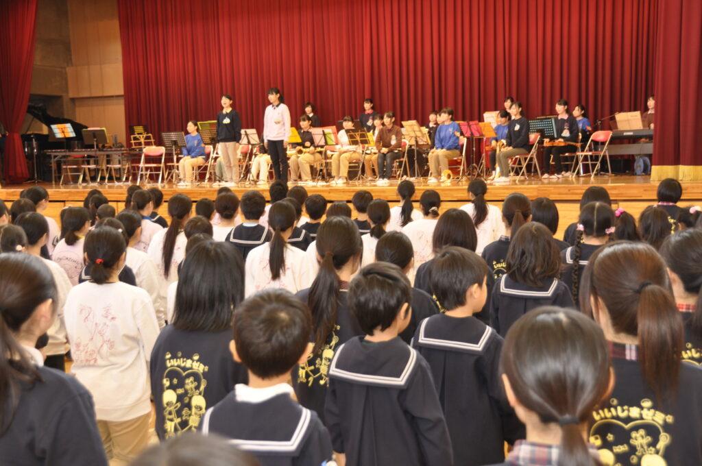 聖和幼稚園との交流会は、いつも賑やか、園児たちと元気一杯に遊びました。平成24年12月10日