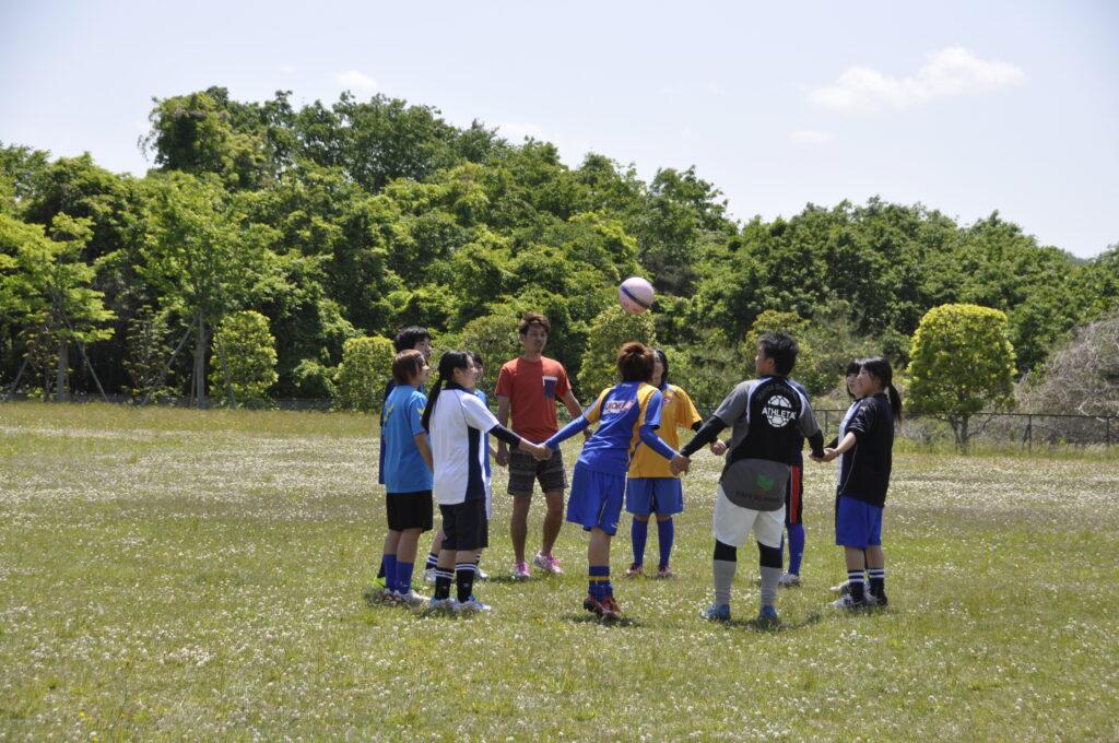 晴れたグランドで元プロサッカー選手の千葉直樹選手とプレー、やはりプロはすごかった。 平成25年6月3日