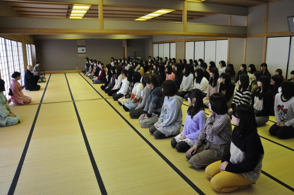 鎌田学長先生による茶道の講習会 この頃になるとさすがに正座にも慣れてきました。平成25年1月23日