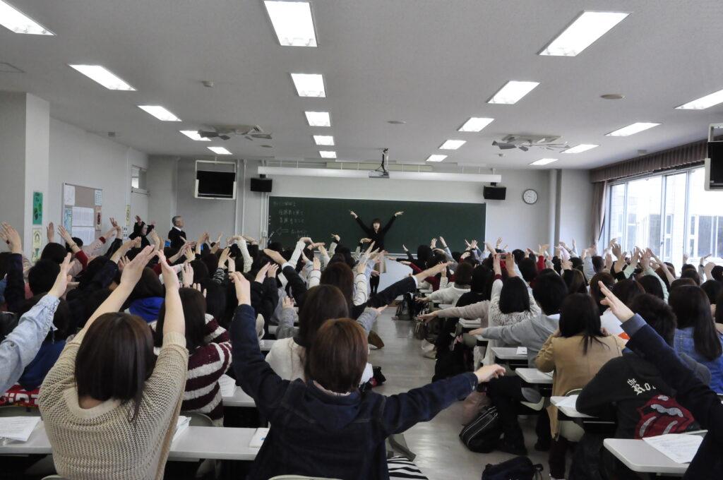 キャリア開発Ⅰの最初の授業。今年も元気のいい学生が集まりました。平成25年4月11日
