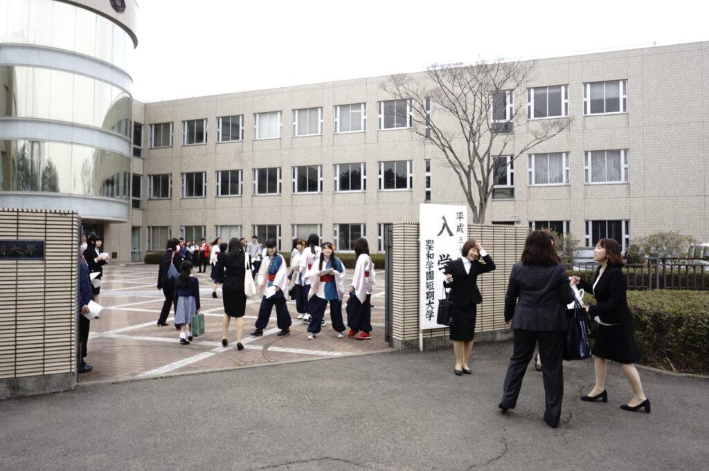 入学式当日正門前で入学記念写真撮影や部員勧誘に一生懸命でした。平成30年4月3日