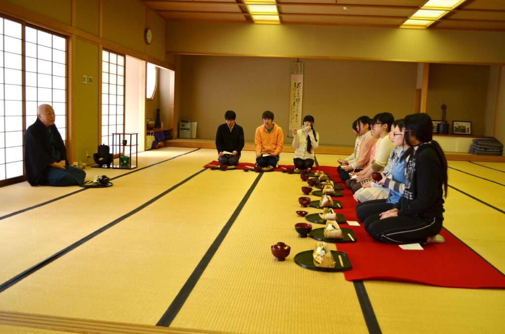 鎌田学園長先生による裏千家の許状伝達式と初釜が行われました。平成26年2月14日