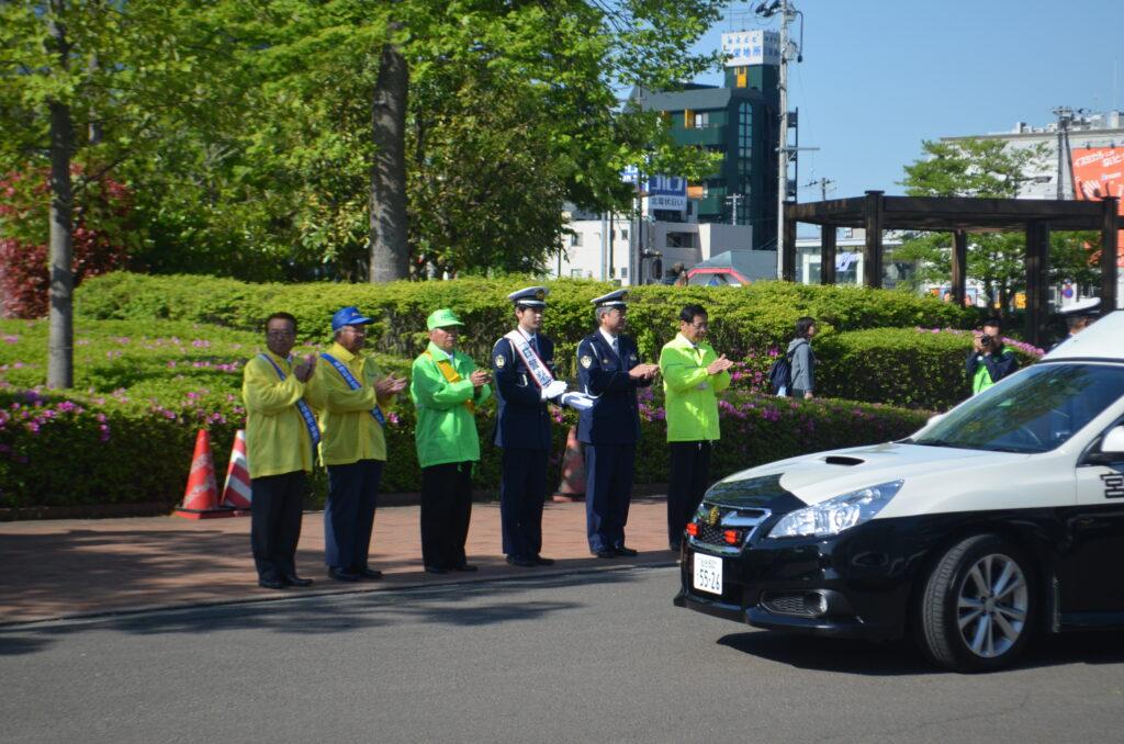 泉区交通安全運動週間、一日警察署長を務める本学の学生(中央たすきの学生)です。平成27年5月11日