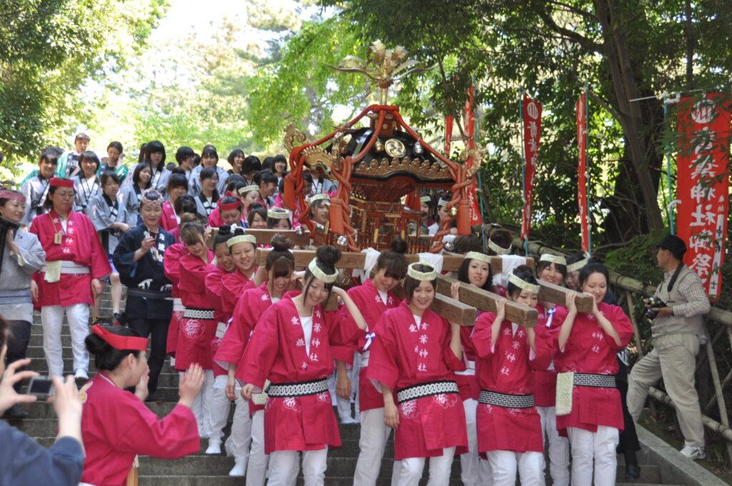 あおば祭での愛姫(めごひめ)神輿渡御では、すずめ隊が神輿を担いで街を練り歩きました。平成24年5月20日