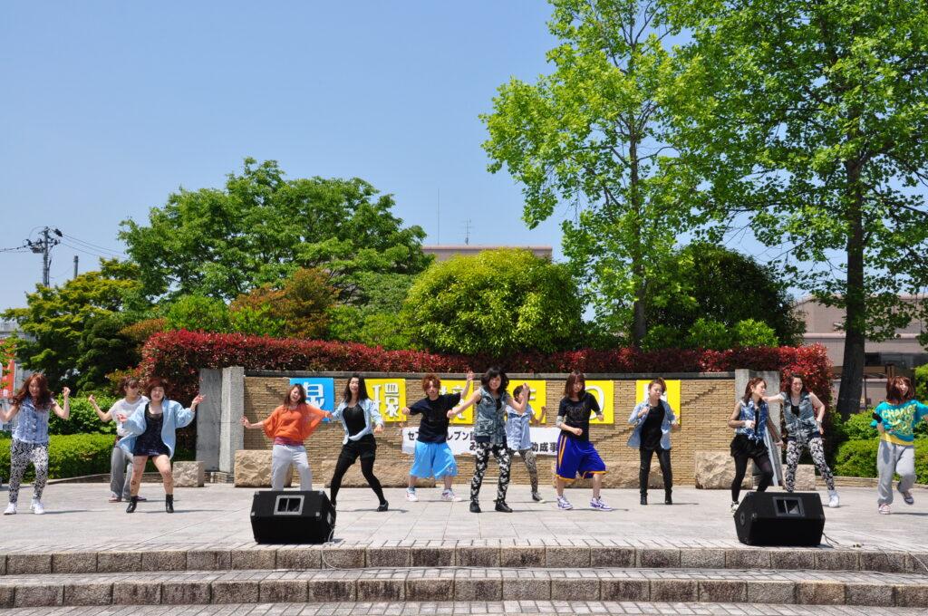 泉区民広場で行われた泉環境祭りで踊るダンス部が区民の皆さんに披露することができました。 平成24年6月2日