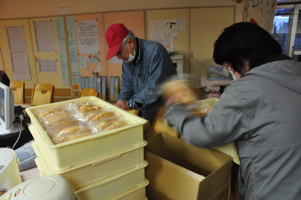 若林区内の被災した特別養護老人ホームや東松島市、石巻市などの避難所に製菓系で作った焼きたてパンの差し入れを行いました。 平成23/3/29