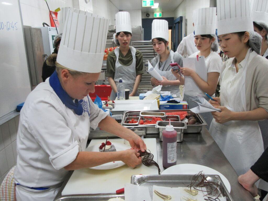 憧れのパリ・コルドンブルーでの製菓実習体験で必死に実習、保育の学生は幼稚園訪問、さらに観光地も巡りました。海外文化研修 平成29年2月24日