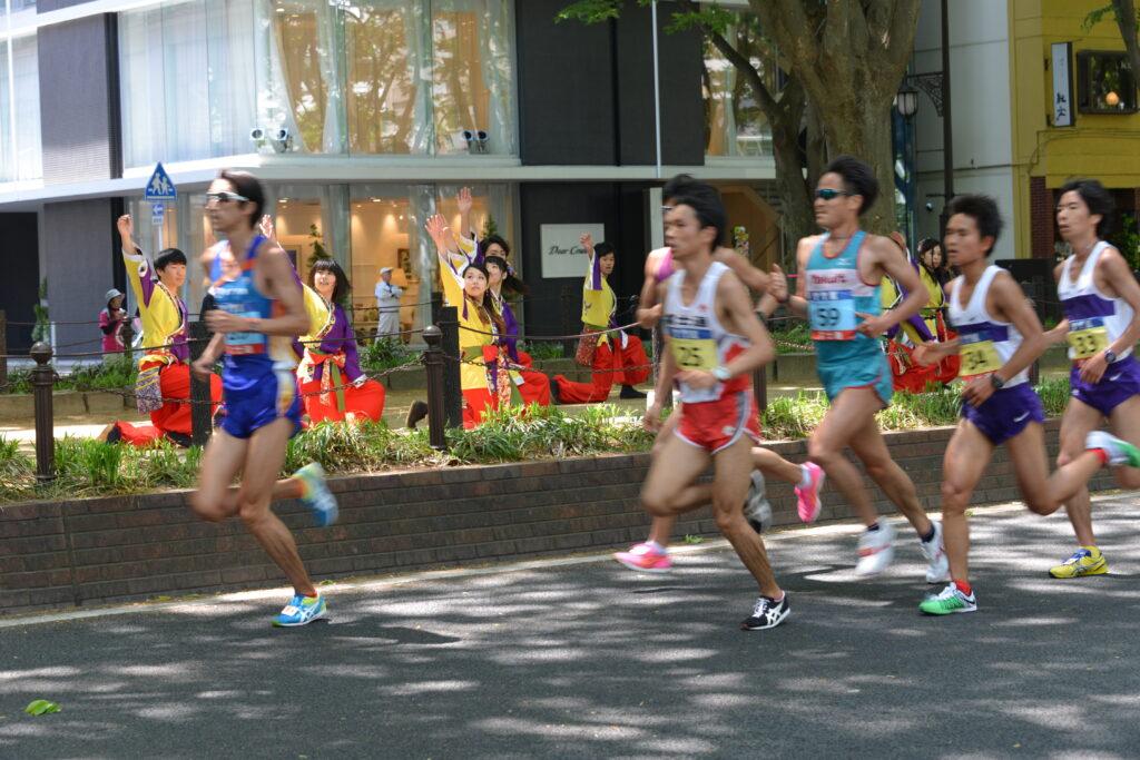仙台国際ハーフマラソンで全国から来仙した参加者に応援をする「よさこい」チーム。平成27年5月10日