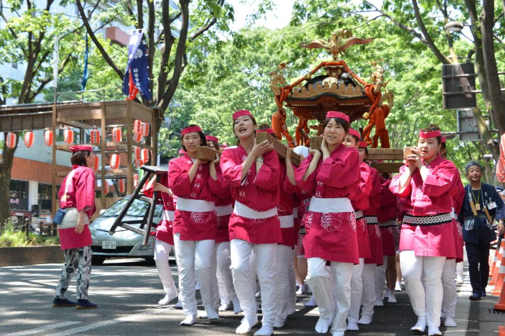仙台青葉祭り・愛姫神輿渡御では、定禅寺通りを練り歩きましたが「可愛いい!」と拍手で励まされました。平成27年5月17日