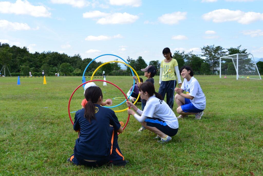 保育専攻の地域公開講座「てとて」。秋晴れのグランドで子ども達も大喜びでした。平成25年9月29日