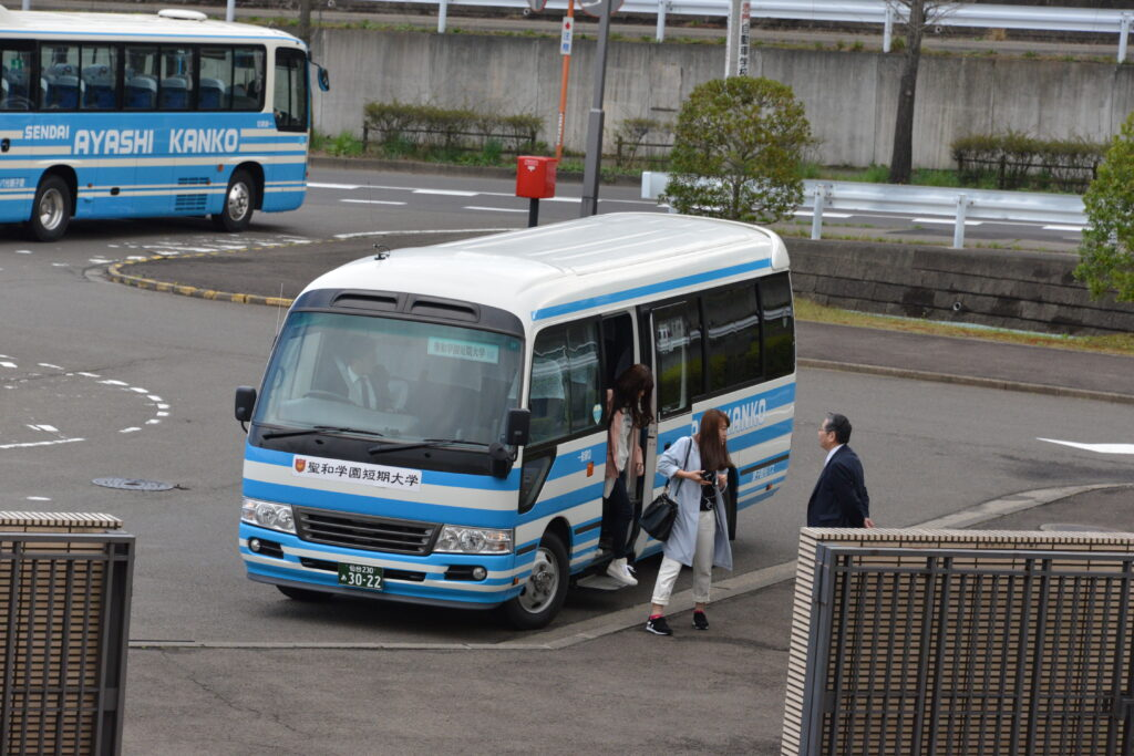 朝の無料通学バスの運行。遠距離通学している学生は随分便利になりました。平成27年4月16日
