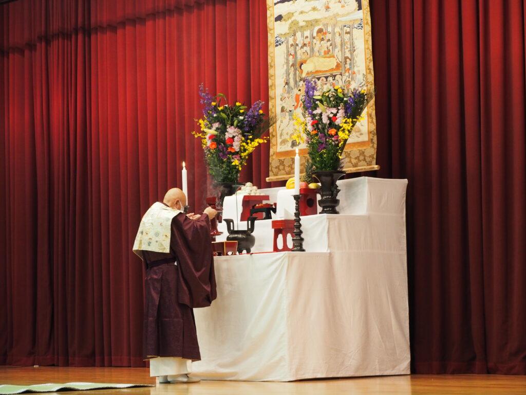 導師 鎌田文惠学園長による献香 巻物はお釈迦様が亡くなられた時の様子を描いた涅槃図