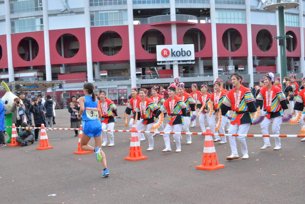 実業団女子駅伝を励ますすずめ隊。楽天球場前で大変寒い日でしたが選手を一生懸命応援しました。平成29年11月26日