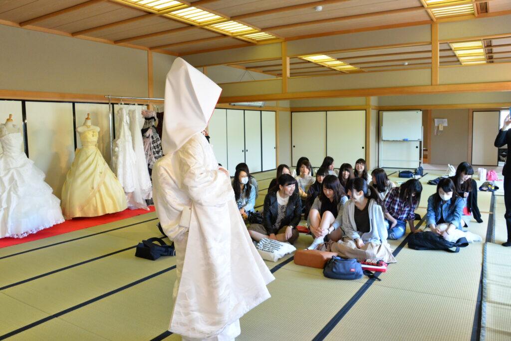 ブライダル実習で花嫁衣装に挑戦。綿帽子を被ってこのままお嫁さんにいきたい!? 平成28年6月3日