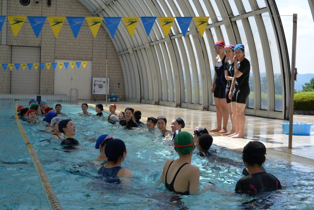 保育学科の幼児体育の模様、子ども達に安全な水遊びを教えるのには絶対必要ですね。(温水プール) 平成30年7月26日