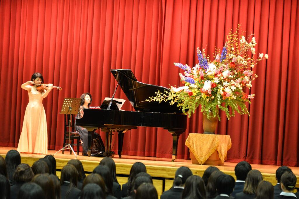 毎年、入学式典後に行われる記念コンサート。今年はバイオリンとピアノによる記念コンサートでした。平成29年4月4日