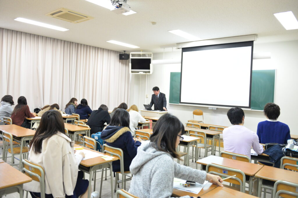 COC+産学官連携授業の講義は、街づくりなどのグループ討議を中心として就職力アップにも貢献しました。平成28年11月27日