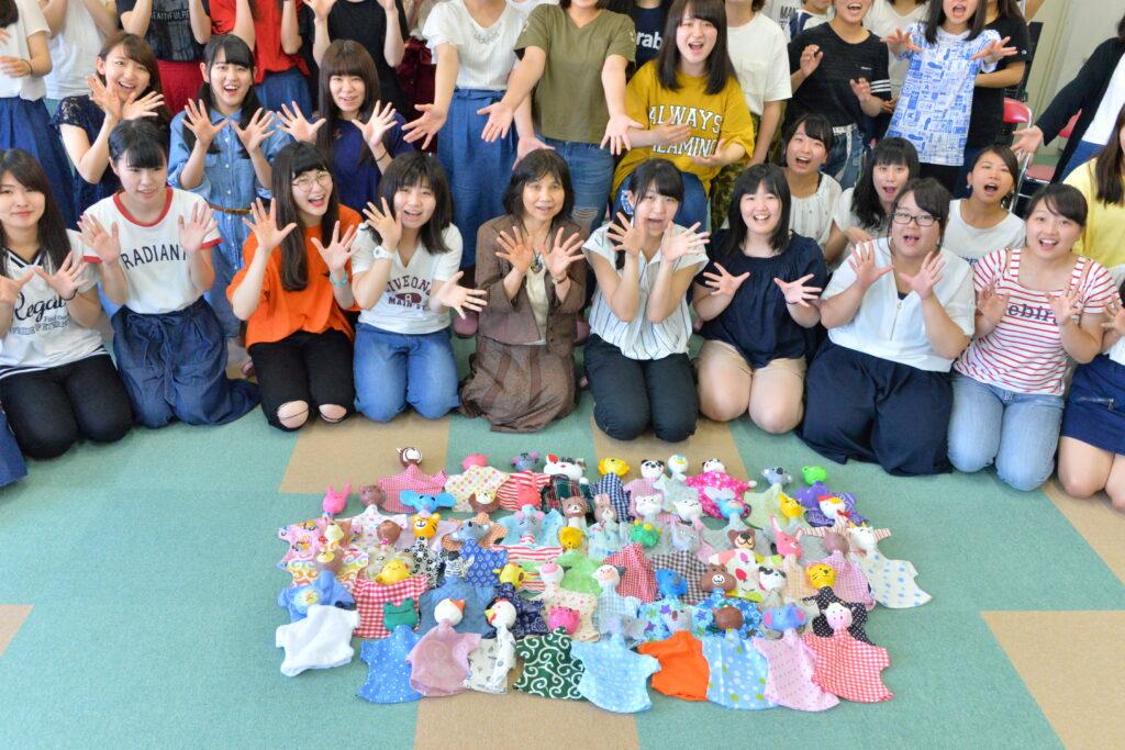児童文化財づくりに挑戦!紙粘土や余り布で作った「指人形」が並びました。平成29年7月10日