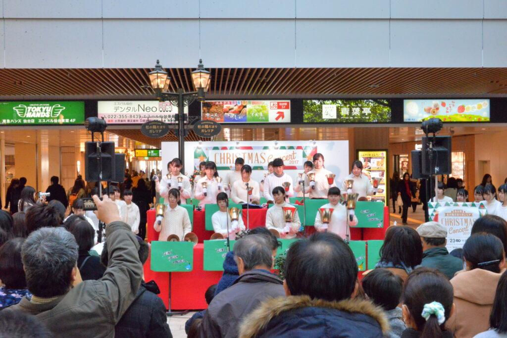 新装なった仙台駅東口通路で、ハンドベルコンサートを行いました。平成29年12月23日
