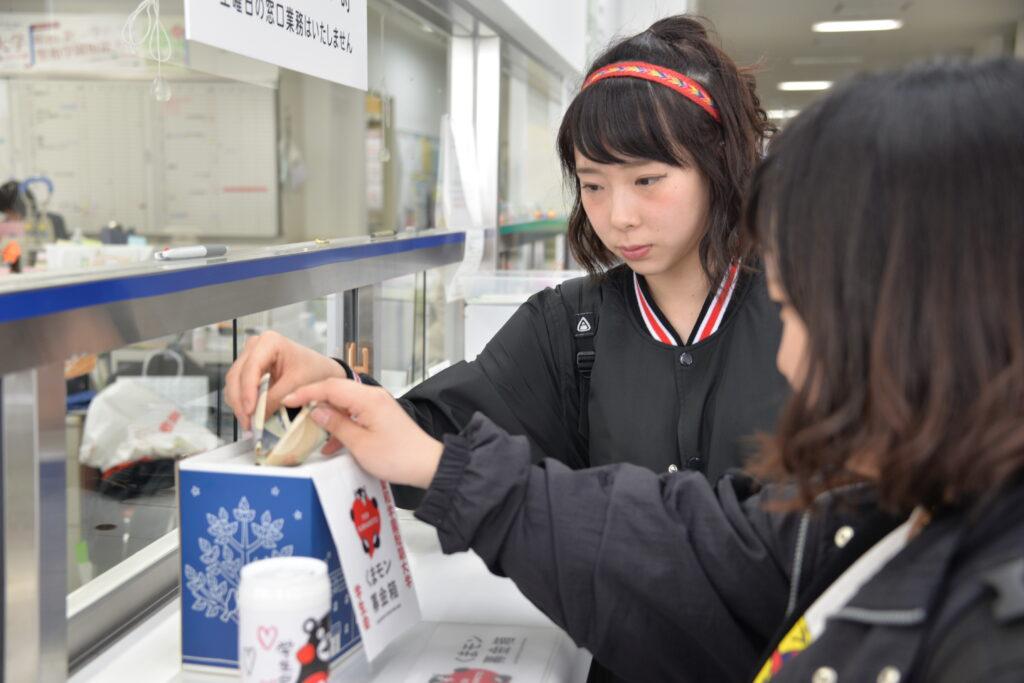 学生会の皆さん熊本地震で被災した方々の支援の「くまモン募金」を始めました。平成28年4月26日