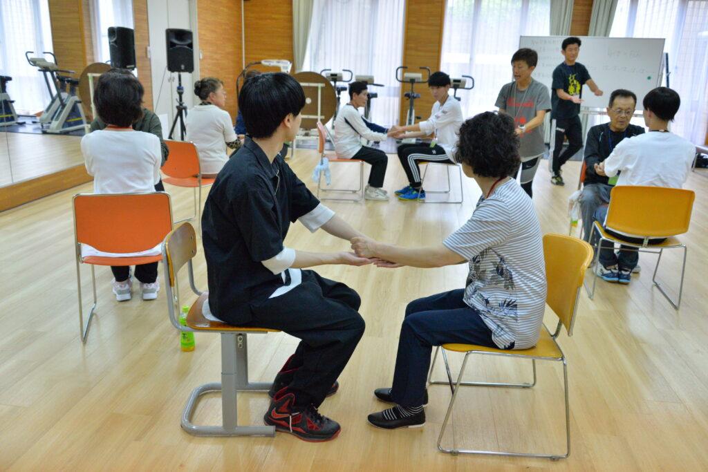 地域公開講座「健康づくり教室」は学生が中心になって市民の方々とゲームからストレッチ体操で軽い汗を流しました。令和元年6月20日