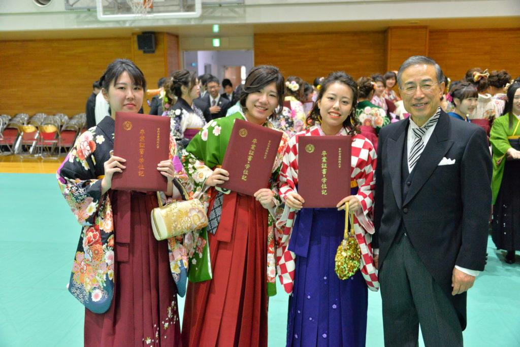 学生生活最後になるはかま姿で卒業式での記念撮影。鳴海学長と一緒にパチリ!平成30年3月17日