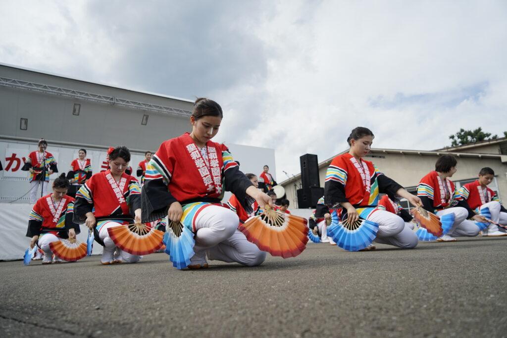 根白石市民センター前で開催された「かむりの里祭り」に参加したすずめ隊に住民の方々から拍手の嵐 平成30年7月22日
