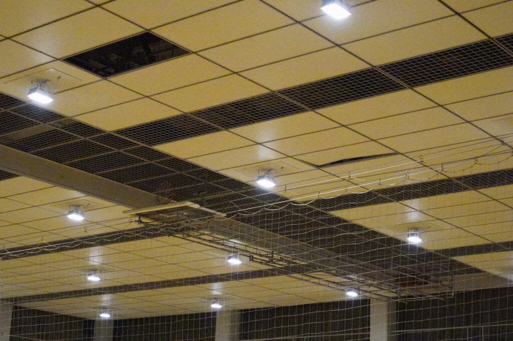 体育館天井左上、天井板落下、右中央の天井板ずれ