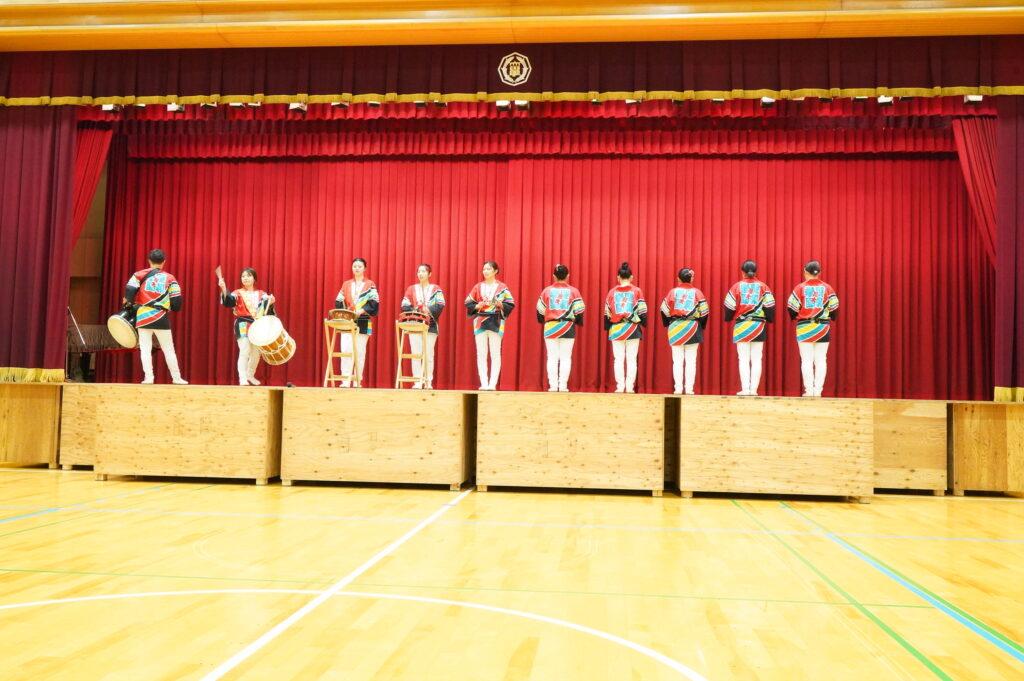 お囃子隊整列!きりっとした中に太鼓がドンと響くと同時に演舞が始まりました。