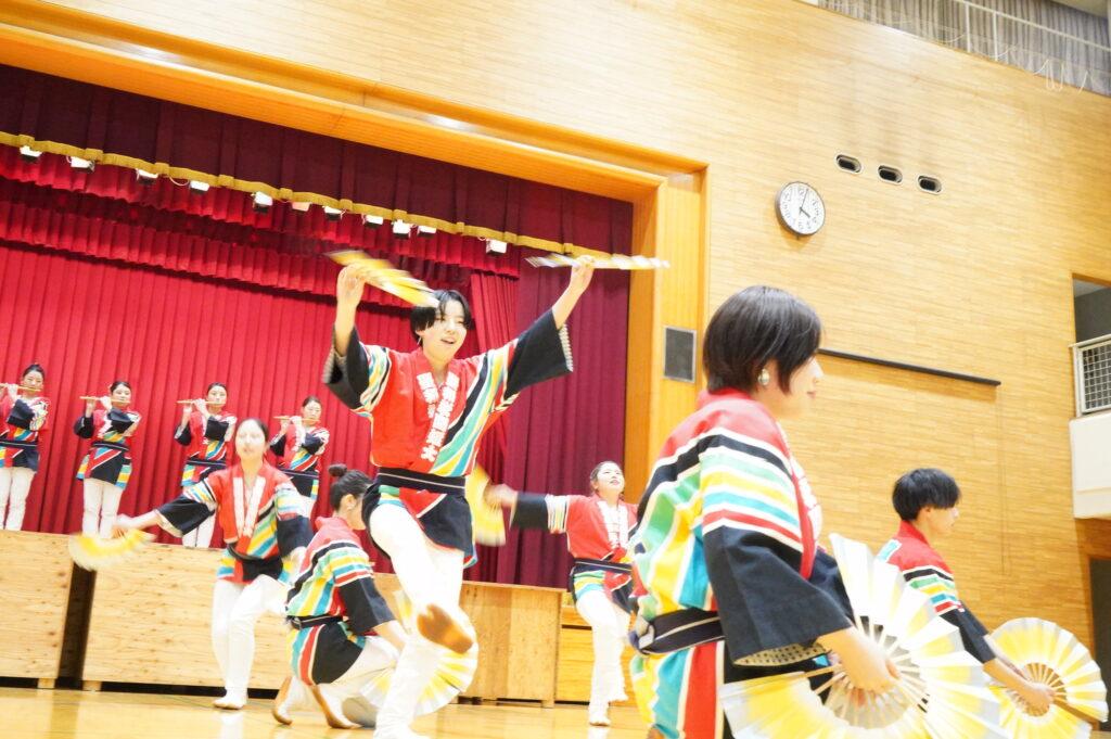 いつもの元気な踊り、躍動感に満ちた踊りの始まり!