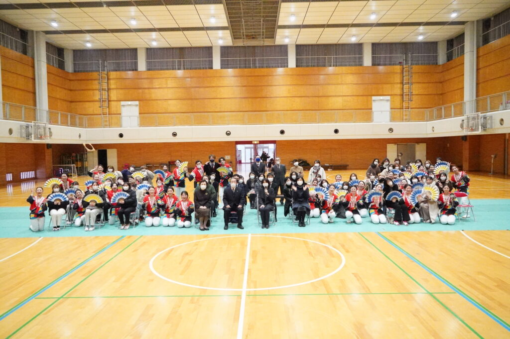すずめ隊と鳴海学長、木村副学長他教職員も加わって記念撮影。本当にありがとうございました。