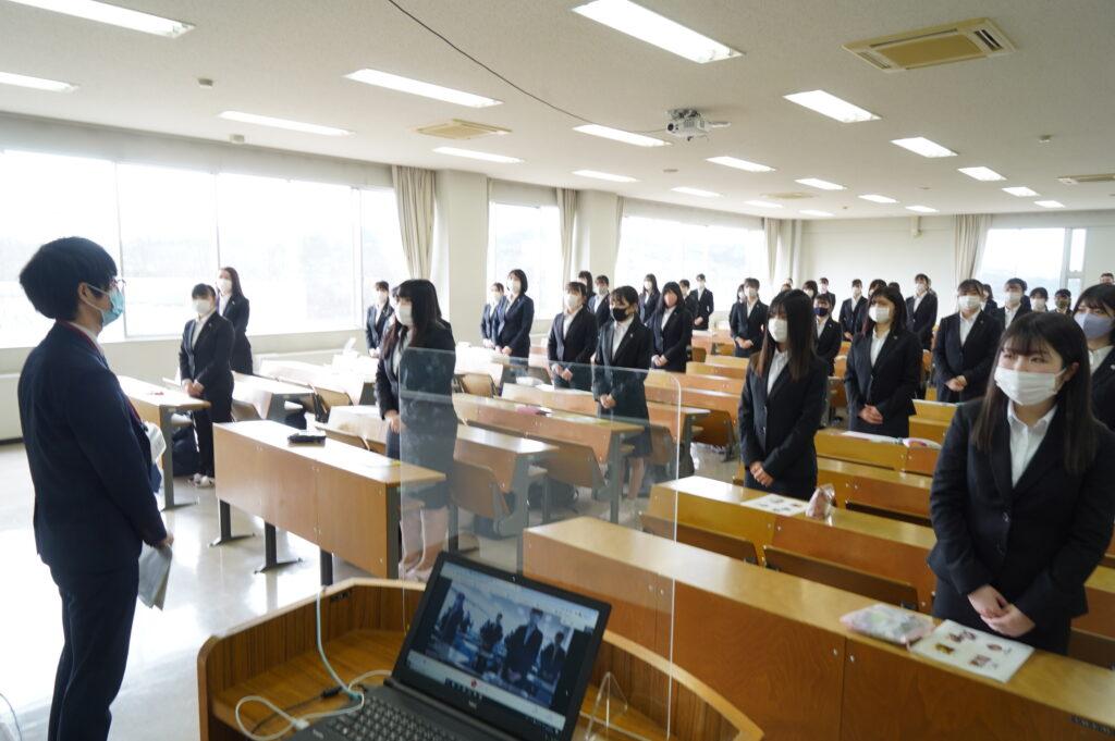 コロナ感染症対策のため302教室、303教室に分かれてリモートで受講。303教室はパソコンに映っています。