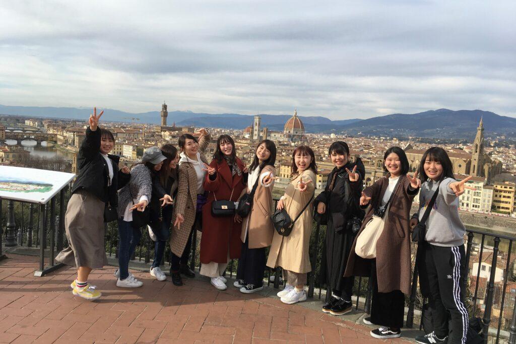 海外文化研修は、憧れのイタリア・フィレンツェです。後ろにサンタ・マリア・デル・フィオーレ大聖堂が見えます。平成31年2月