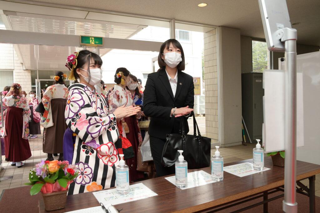 アリーナでも第3の関門、マスク、手指消毒、サーマルメーターでチェック