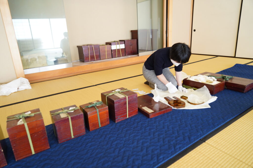 利根姫婚礼道具の保存状態を調査する博物館学芸員