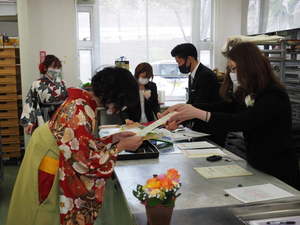 キャリア開発総合学科はゼミごとに教室で学位記等を伝達。