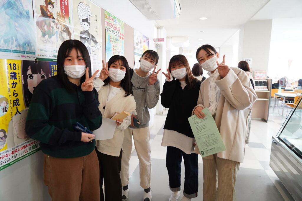 お昼を食べ終わった学生は食堂から教室へ移動です。ポーズ!!
